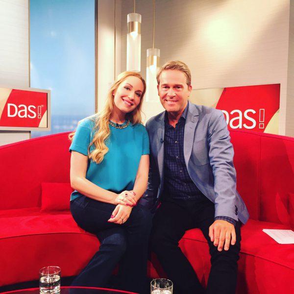 Foto mit Hinnerk Baumgarten auf dem roten Sofa